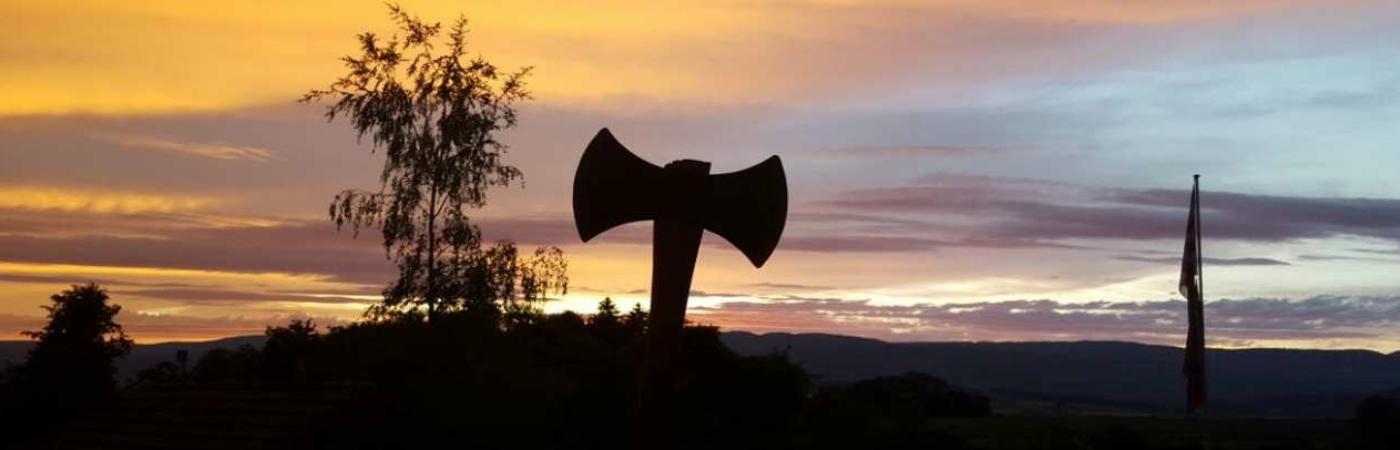 Axt am Abendhimmel